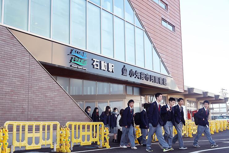 新しくなった石動駅舎を利用し、登校する高校生=石動駅前