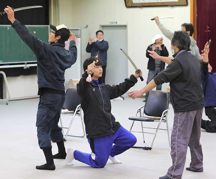 舞の練習を繰り返す木下さん(中央)と上村上町地区の住民たち