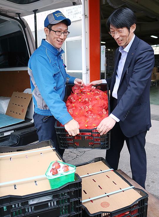 富山空港から輸出されるチューリップの球根=県花卉球根農業協同組合