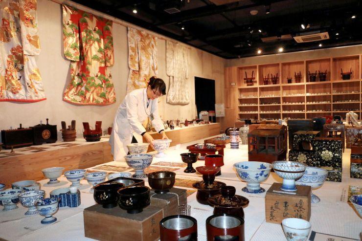 酒席で使われた盃洗などが並ぶ菊水酒造の日本酒文化研究所の展示スペース=新発田市