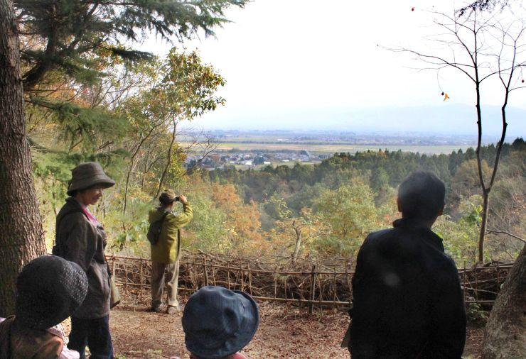 新設されたビューポイントから、阿賀野川や五頭連峰の方向を望むウオーキングの参加者=新潟市秋葉区
