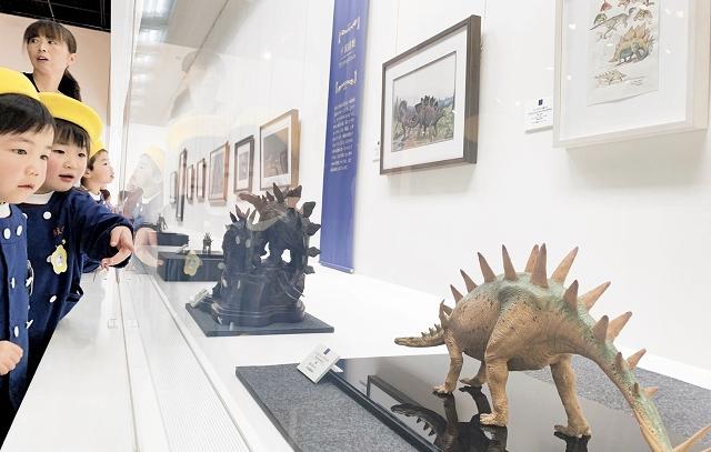 恐竜を個性豊かに描いた作品が並ぶ企画展「恐竜美術館」=11月30日、福井県勝山市の県立恐竜博物館