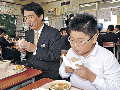 給食に地元産ごはんば~が 能美の3小中学校で提供