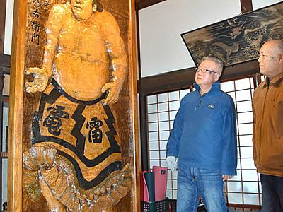 雷電やっぱり大きいなあ ゆかりの上田・長瀬に等身大の木彫