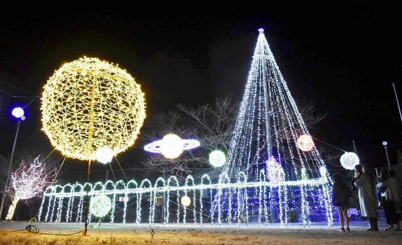 地元住民による恒例のイルミネーション「ヤマナリエ」=12月1日夜、福井県若狭町山内
