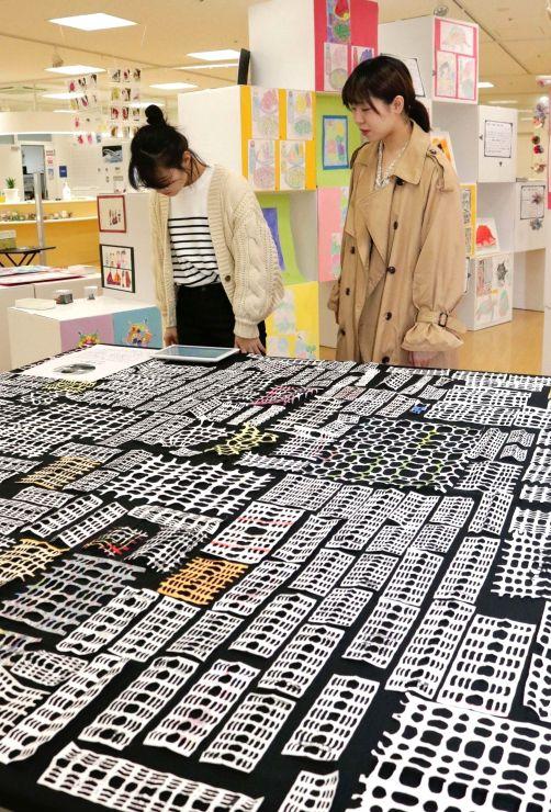 障害のある人らの作品を展示している「アール・ブリュット作品展示」=長岡市のまちなかキャンパス長岡