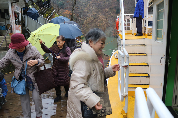 遊覧船(右)に乗り込む宿泊客=大牧港