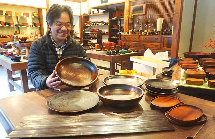 飲食店などにレンルする予定の木曽漆器の皿