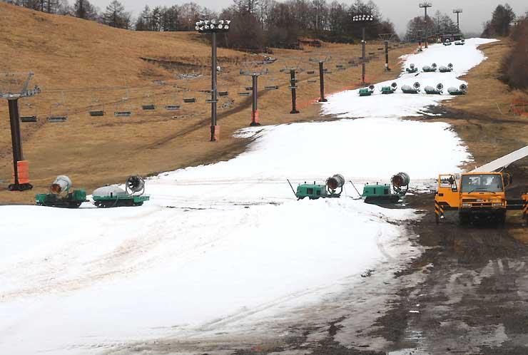 十分な冷込みが訪れず、ゲレンデ造りが遅れているピラタス蓼科スノーリゾート=茅野市北山