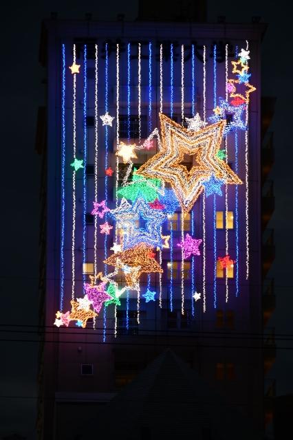 色鮮やかな大小の星々が美しいイルミネーション=12月3日、福井県福井市学園2丁目