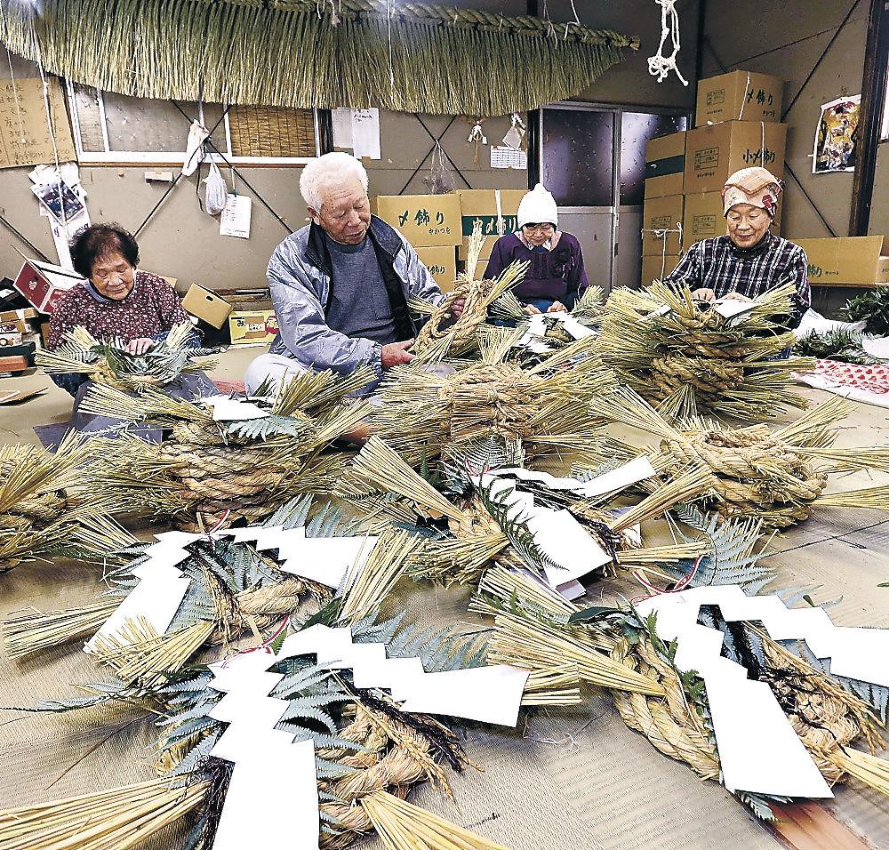 迎春に向け、しめ飾り作りを進める吉岡さん(左から2人目)=野々市市下林4丁目