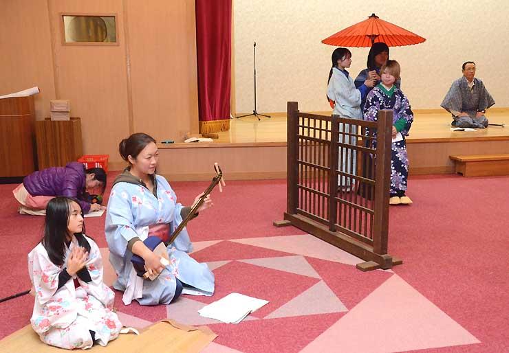 通し稽古をする下條歌舞伎保存会の会員