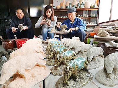 イノシシの置物作り最盛期 砺波・越中三助焼