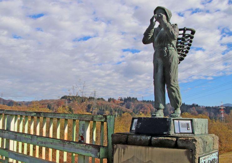 修理が終わり「船方さんよ」のメロディーが復活した宇賀地橋の音響装置(銅像の台座部分)=4日、魚沼市堀之内地域