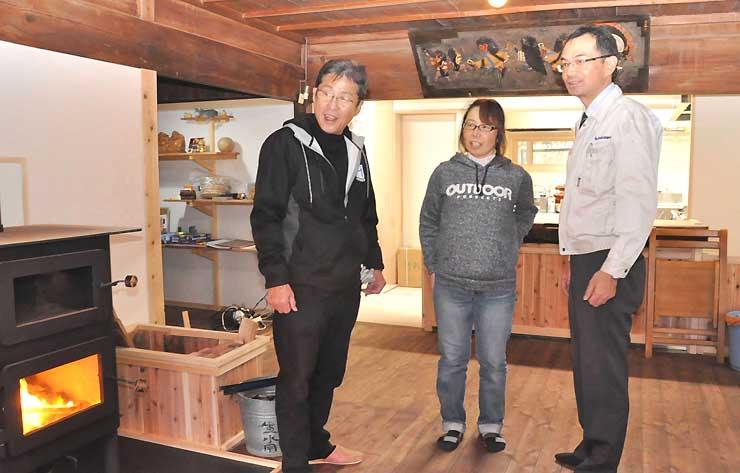 古民家を改修した店内で話す橋本さん(中央)