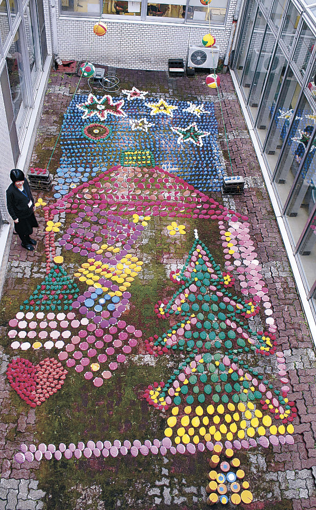 着色した貝殻で作られたクリスマスアート=穴水町の穴水総合病院