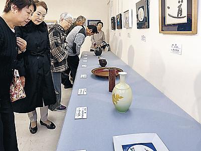 好みの作品に入札 香林坊大和、歳末美術展が開幕