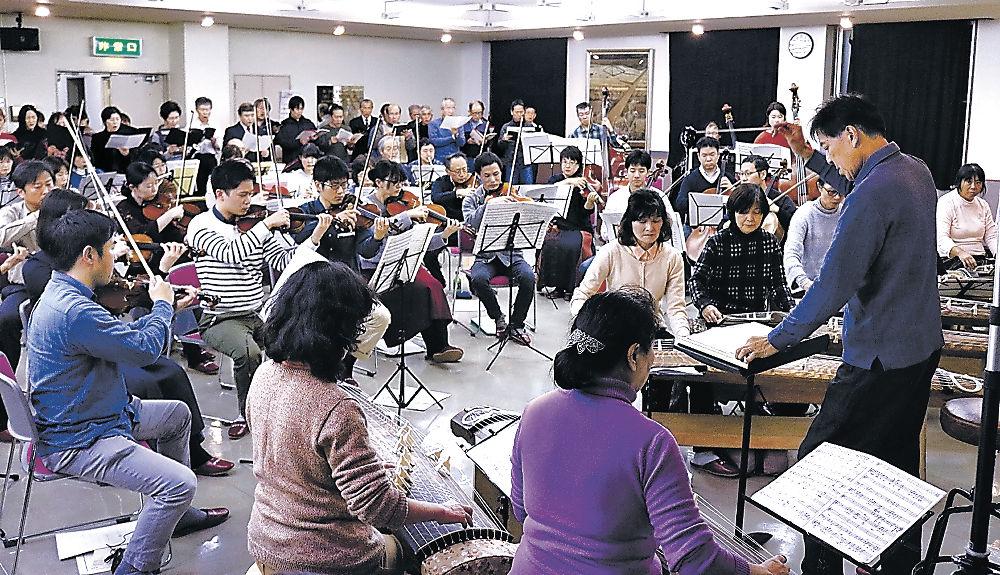 演奏と歌声を合わせる参加者=若草町の城南公民館