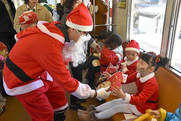車内で子どもたちにプレゼントを渡した「サンタ列車」