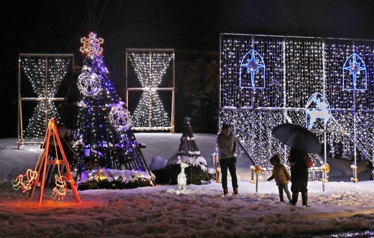 サンタクロースやトナカイなどクリスマスらしい電飾の新潟味のれん本舗