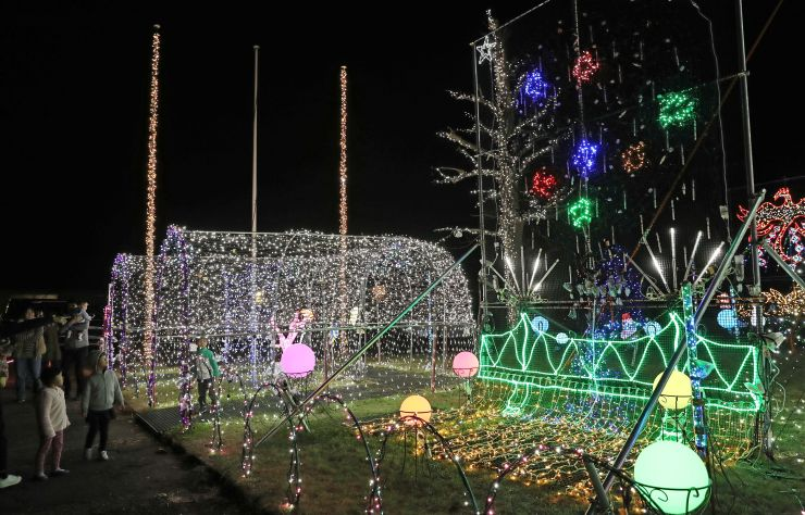長生橋(右)と三尺玉の打ち上げを電飾の点滅で表現したユニオンツール長岡工場