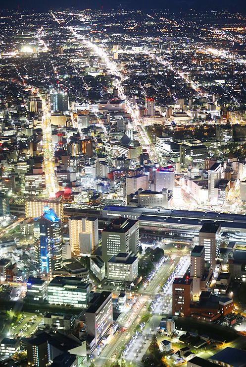 イルミネーションやビルの明かりが美しく輝くJR富山駅周辺=10日午後5時20分ごろ、富山市上空
