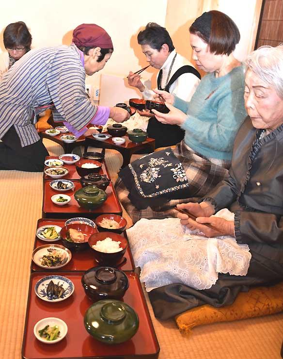 レストランで提供された料理。記録を基に再現した10品がお膳に並んだ