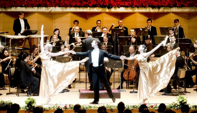ウィーン・フォルクスオーパー交響楽団の演奏に合わせバレエを披露する「アンサンブルSVOウィーン」=東京都サントリーホール