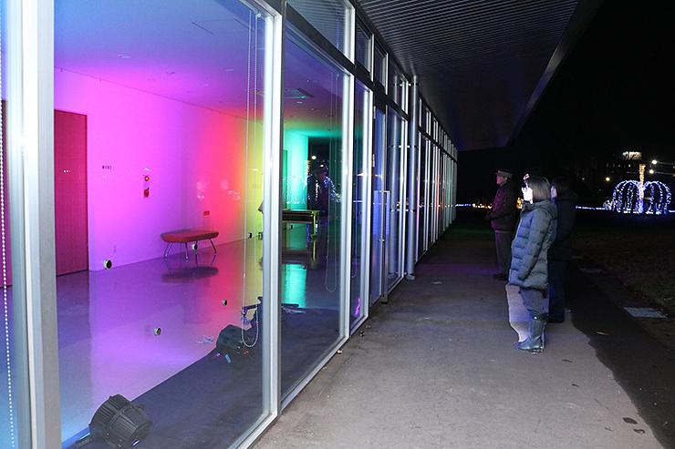 虹色に照らされたオープンギャラリー=アートハウスおやべ