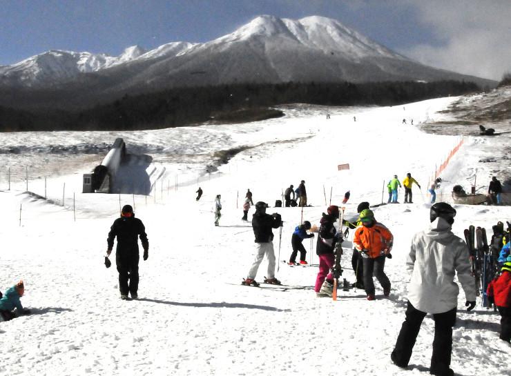 御嶽山を背に、滑りを楽しむスキーヤーら