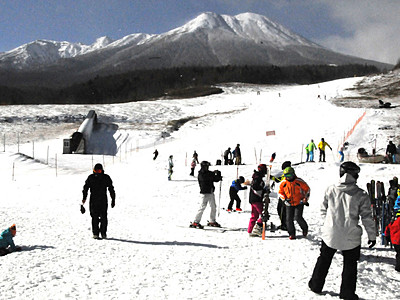 御嶽山麓 待ってた雪の感触 開田高原のスキー場開業