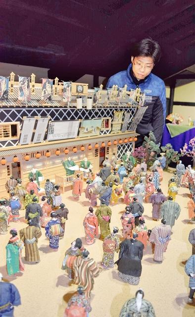 無数の和紙人形で再現された江戸時代の歌舞伎小屋=福井県越前市の卯立の工芸館