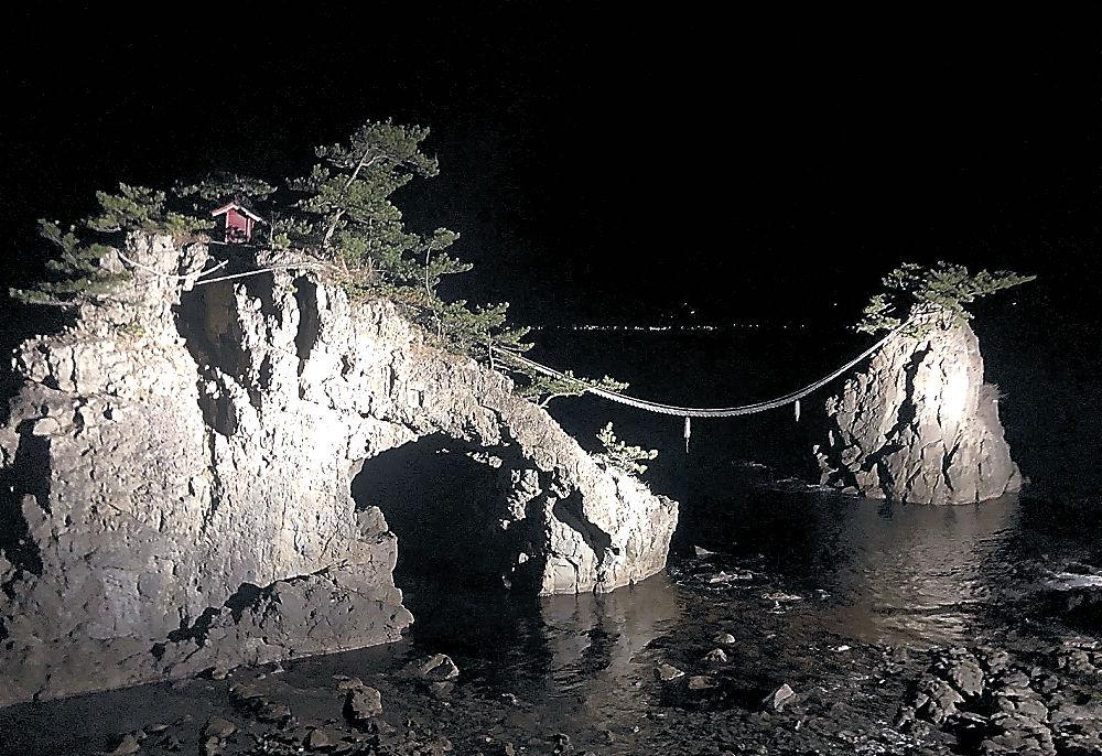 波間に照らされる機具岩=志賀町富来七海