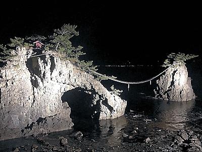 機具岩、波間に美しく 志賀でライトアップ