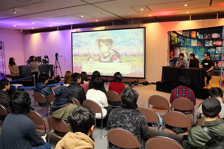 魚津発のゲームを講評する松永さん(奥右から3人目)らプロクリエーター=新川文化ホール