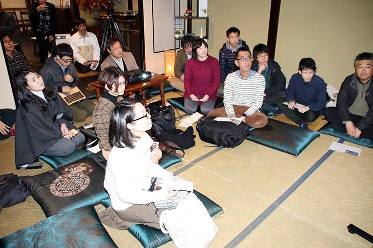 開発合宿で先進事例などを学ぶ参加者