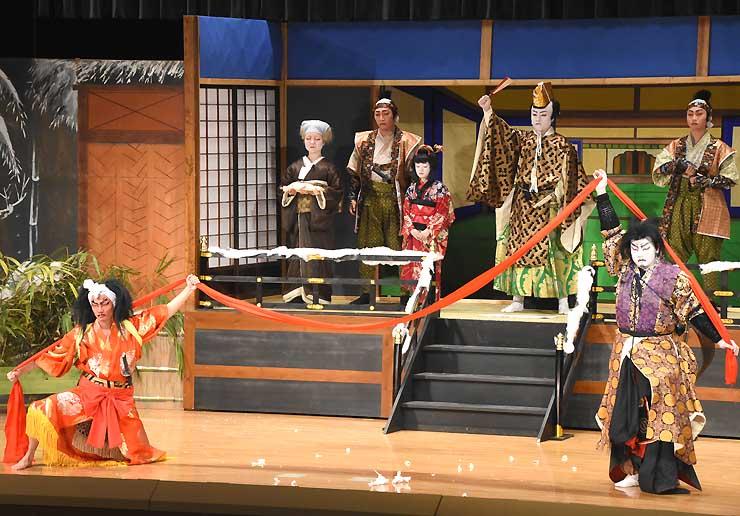 涙を誘う演目を演じきり、大きな拍手を浴びた「下條歌舞伎保存会」