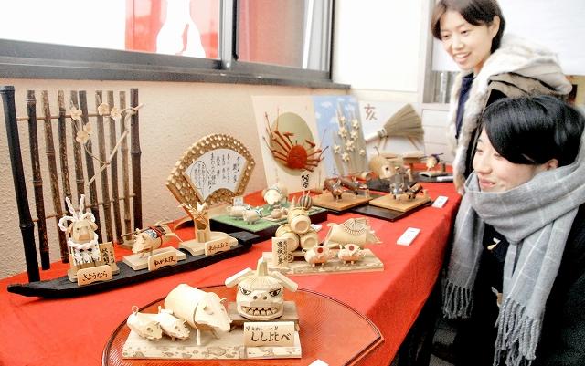 多彩なイノシシの竹細工が並ぶ展示会=福井県あわら市のえちぜん鉄道あわら湯のまち駅