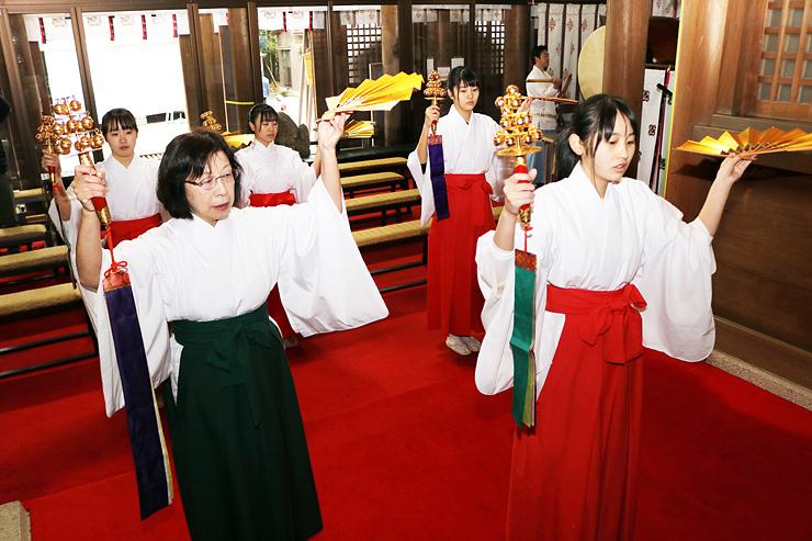 山本さん(手前左)の指導の下、稽古に励むみこ