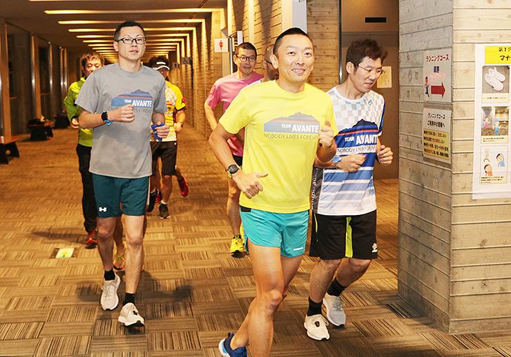 ランニング練習に励む宮田代表(手前)らアバンテのメンバー=富山市総合体育館