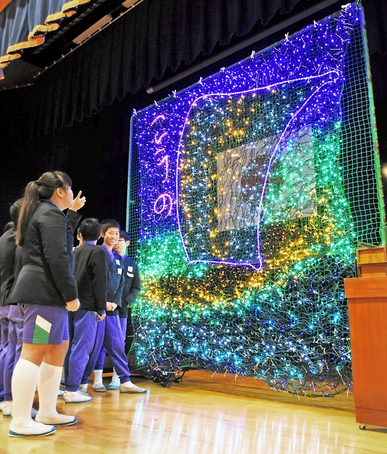河野小学校児童が制作した北前船のイルミネーション=12月17日、福井県南越前町の同校