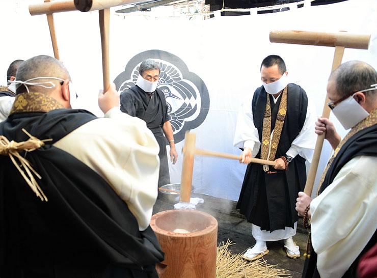 善光寺の「御越年式」で供える餅「おからこ」をつく浄土宗一山の住職ら=17日、長野市の正智坊