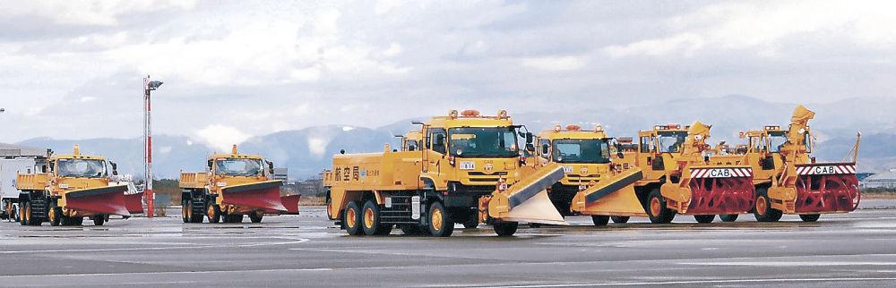 合同訓練に臨む小松空港事務所と空自小松基地の除雪車=小松空港