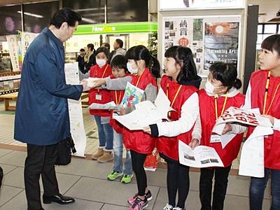燕市分水北小 学校田のコメ「分北米」 新幹線客に配布