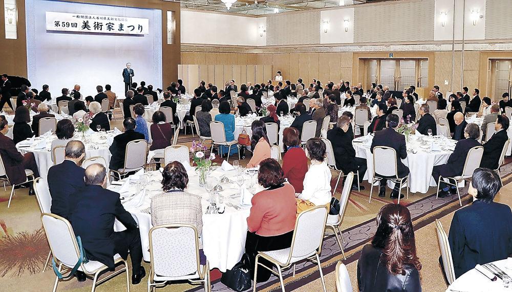 来年の現代美術展の成功を期す出席者=金沢市内のホテル
