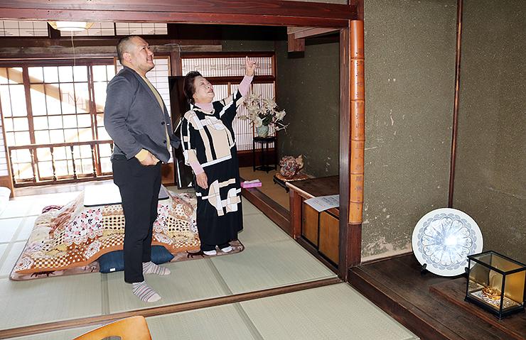 宿泊施設内を確認する加形さん(左)と細川さん