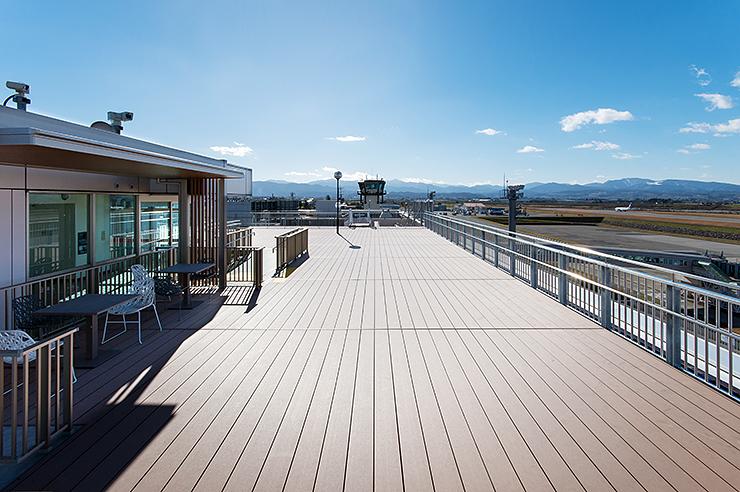 改修工事を終え、床面の段差が 解消された富山空港展望デッキ=富山市秋ケ島