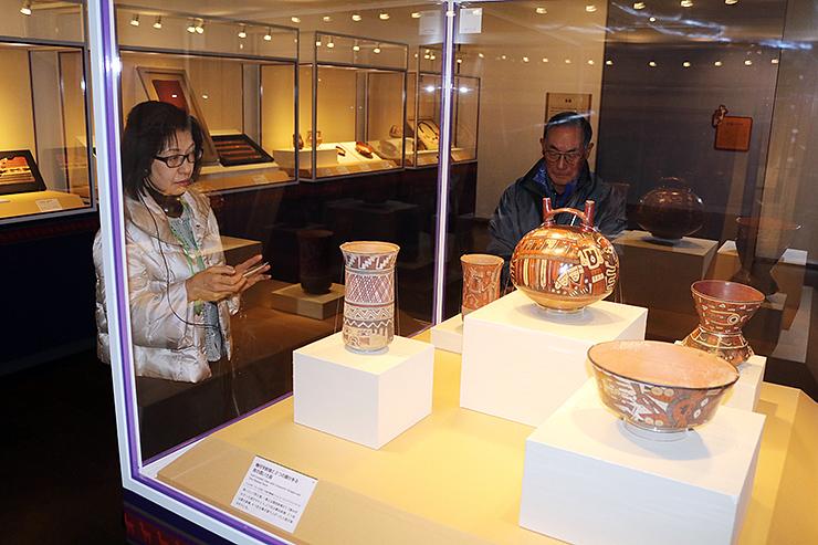 土器などを通して古代アンデス文明の魅力を紹介している会場=県民会館美術館