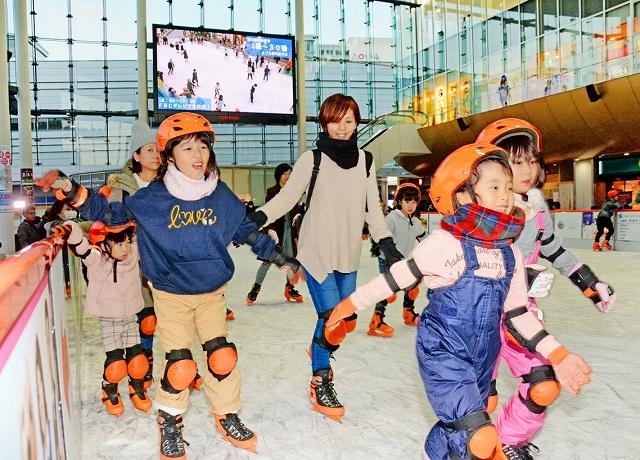 初日から大勢の家族連れらが詰め掛けたハピリンク=12月21日、福井県福井市のハピテラス