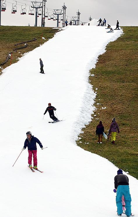 人工雪ゲレンデで初滑りを楽しむ来場者=牛岳温泉スキー場